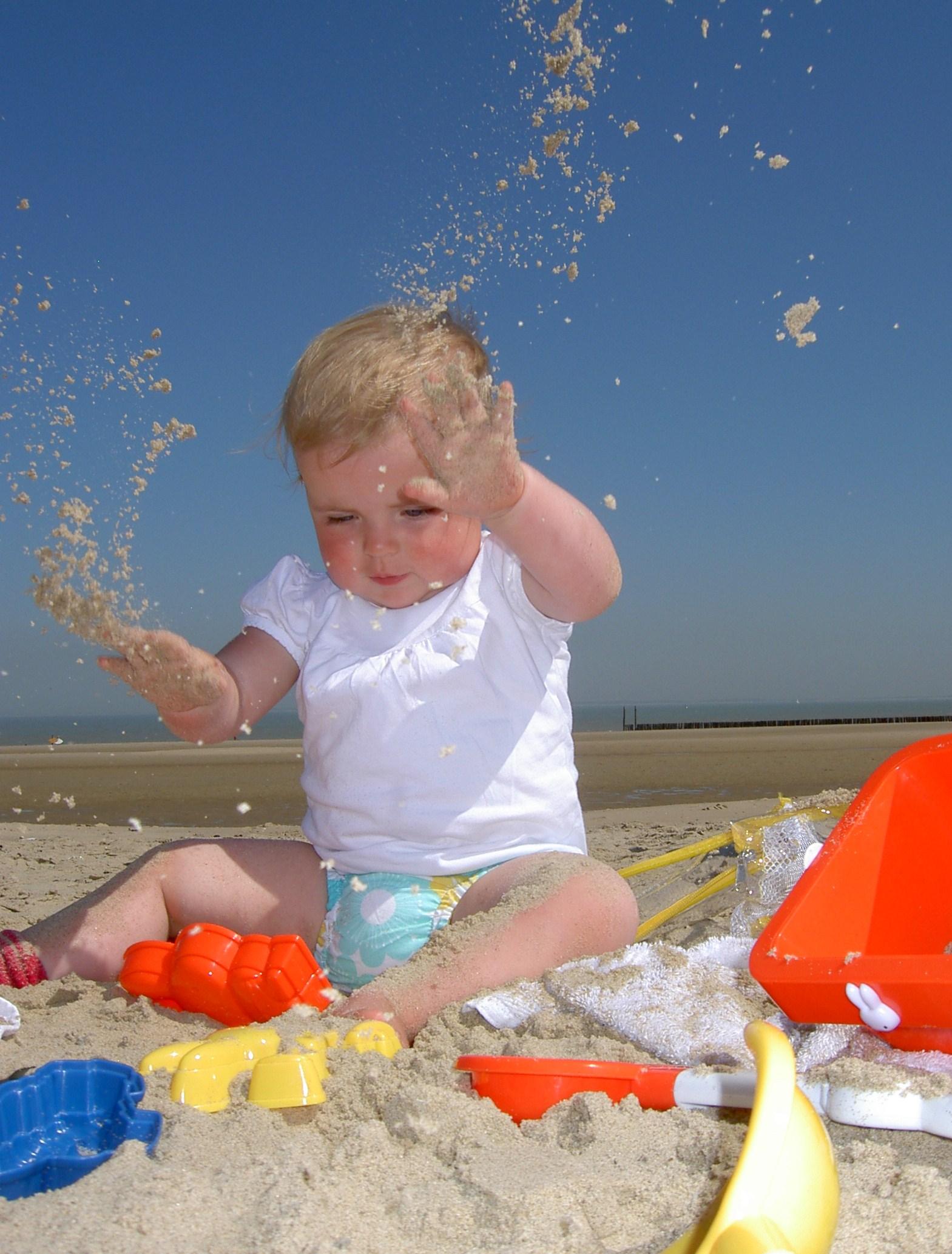 Ребенок ест песок фото